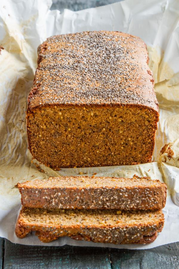 לחם קינואה וטחינה גולמית